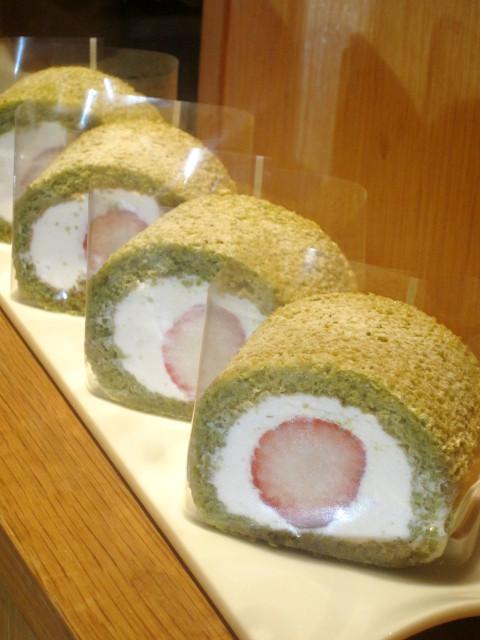 プチ・ラパンのひな祭りケーキ【さくらロール】カット